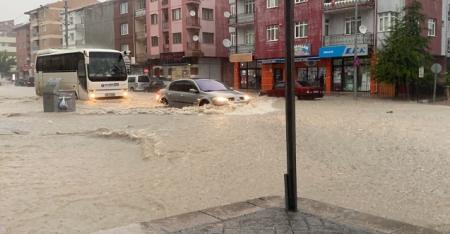 Eskişehir'de sağanak sokakları göle çevirdi - Arabalar gemi gibi yüzdü